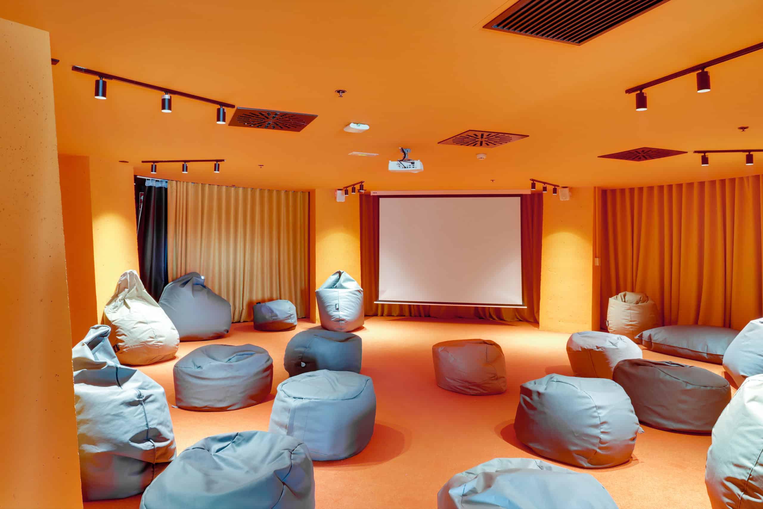 Imagen de equipamiento sala de cine residencia estudiantes Syllabus Alboraya