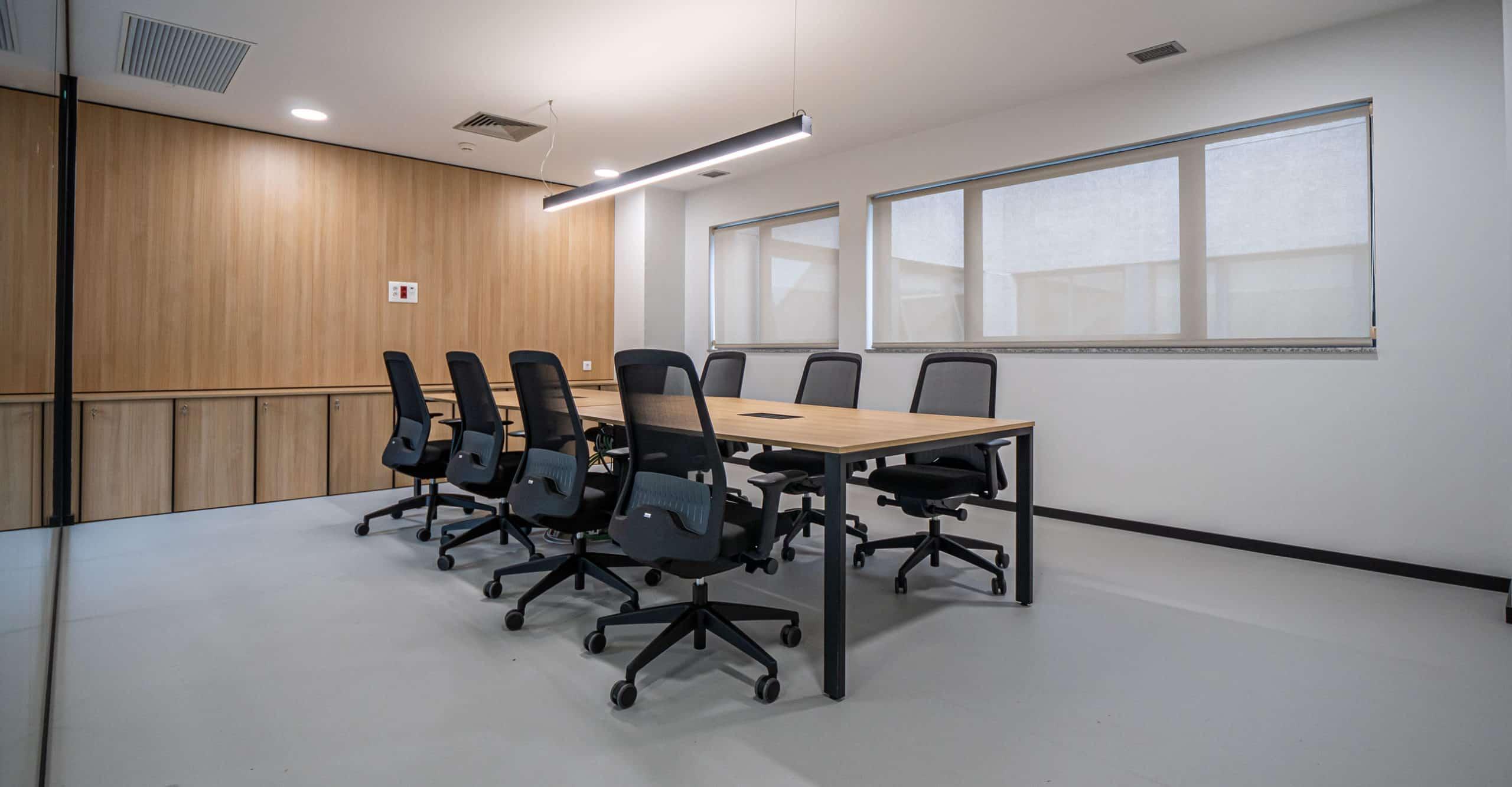 Imagen del equipamiento sala de reuniones oficinas IDIS