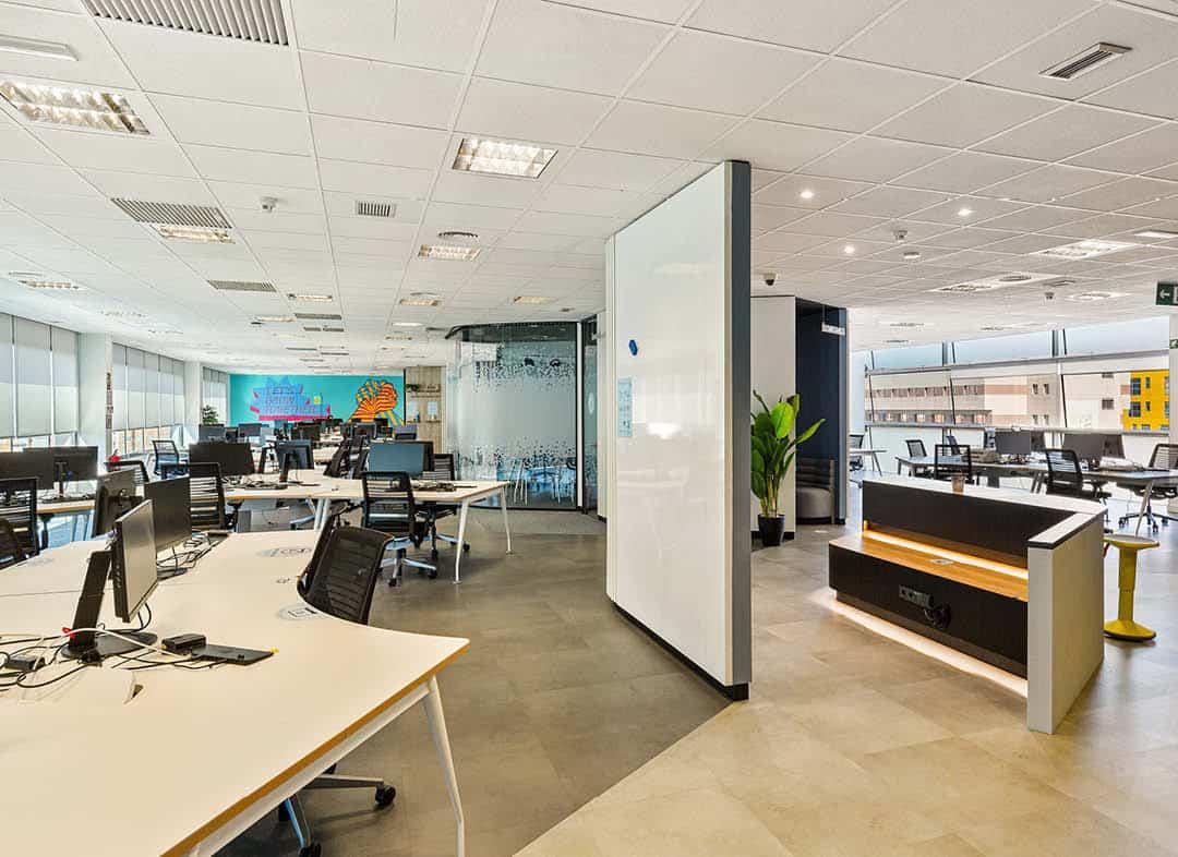 BBVA IT España oficina con sala de reunión y espacios amplios, luminosos y abiertos
