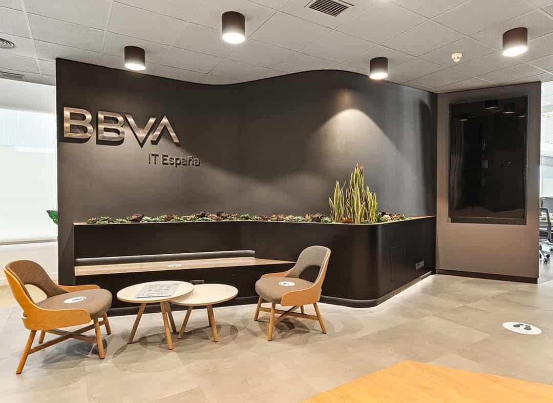 Recepción de la oficina de BBVA IT España con muebles a medida