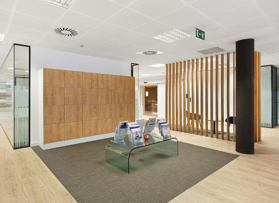 Yokogawa taquillas carpintería a medida en oficina Madrid y revistero