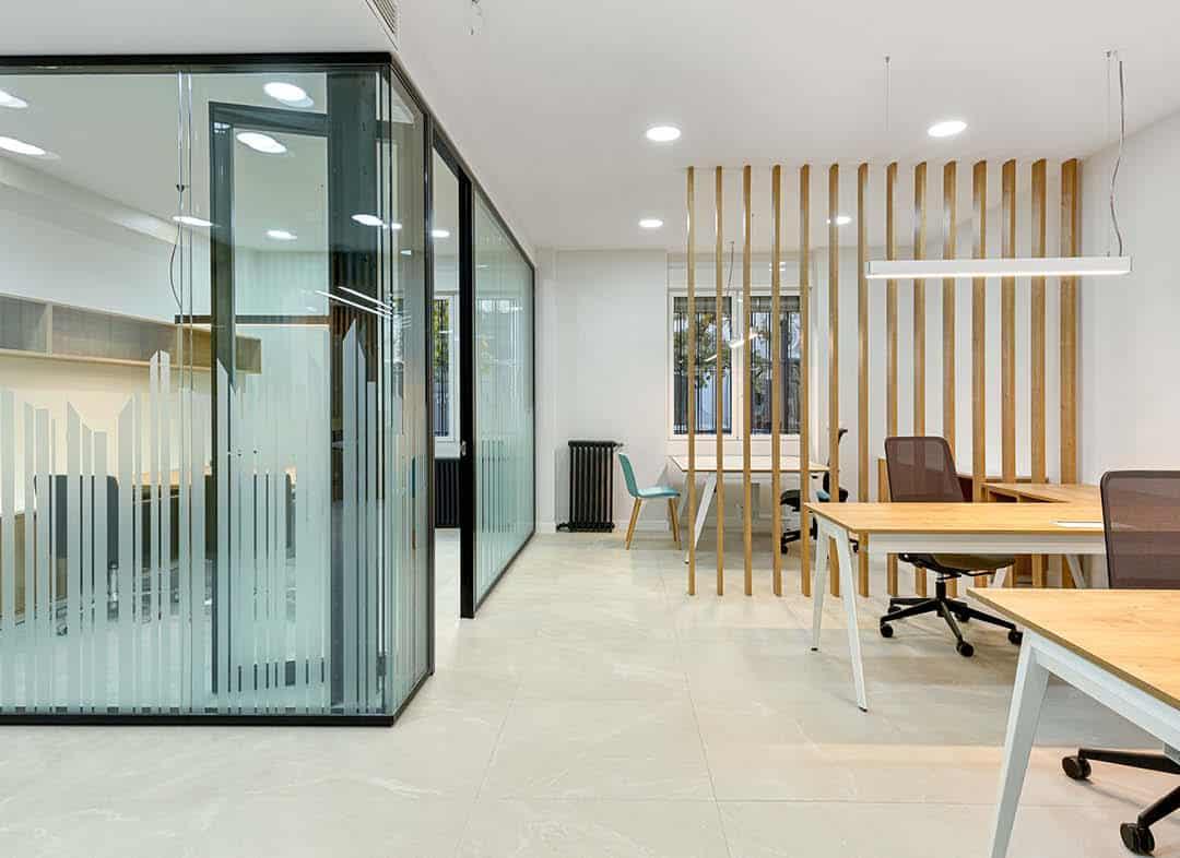 Logistik Service despacho y oficina con separadores y mobiliario a medida